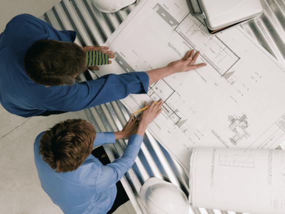 architecte dessinant plan logement