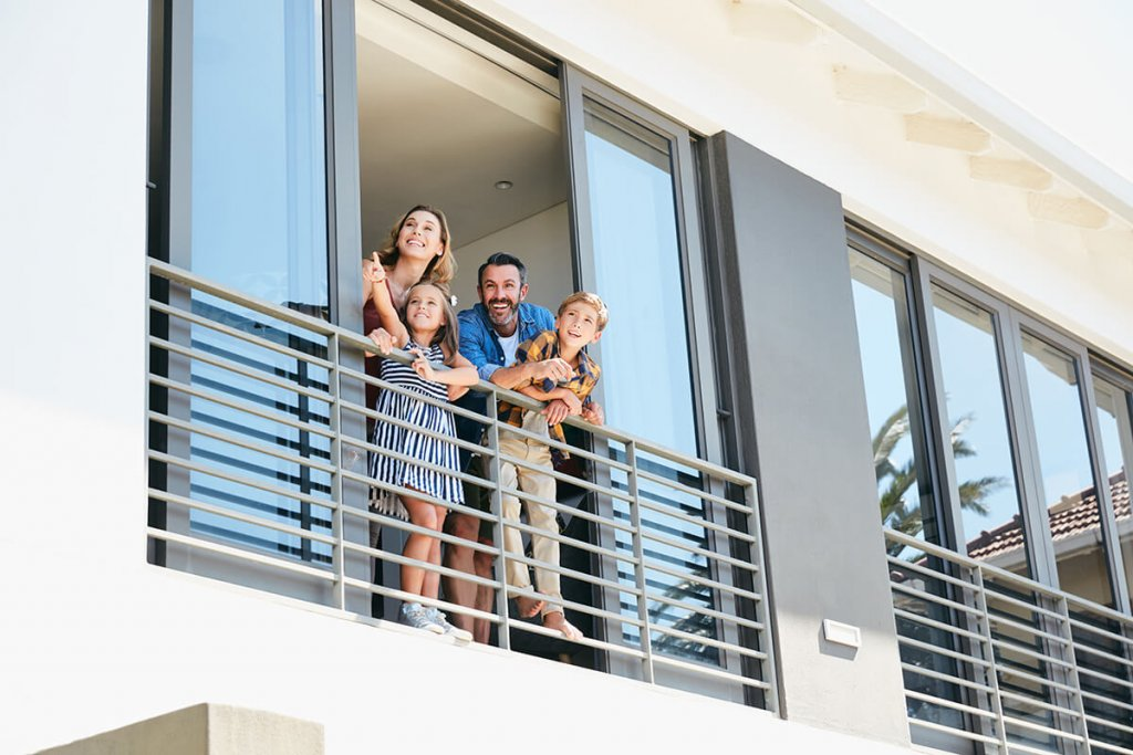 famille sur balcon