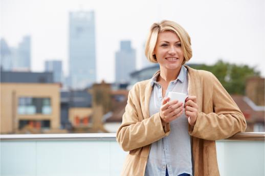femme buvant café sur toiture terrasse