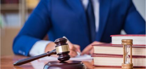 Mediateur litige avec marteau de justice
