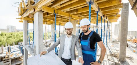 Hommes travaillant sur un chantier de rénovation énergétique pour copropriété
