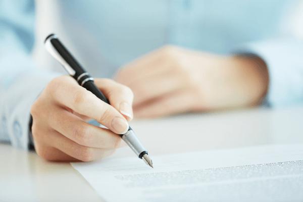 Main tenant un stylo pour signer contrat
